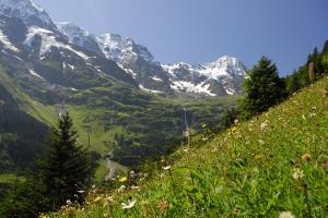 Bergpanorama Hinteres Lauterbrunnental mit Schmadribachfall